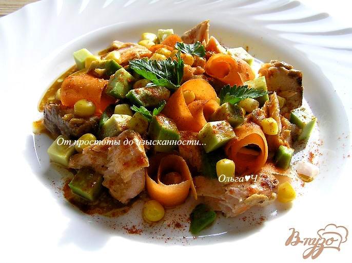 Фото приготовление рецепта: Салат с лососем-гриль, морковью и авокадо шаг №6