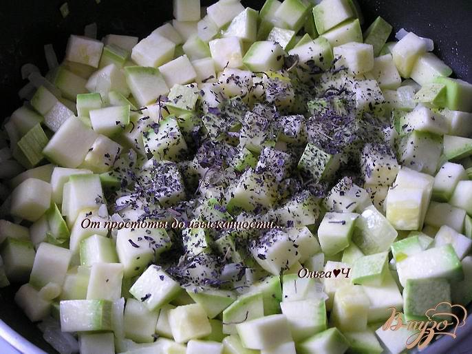Фото приготовление рецепта: Чечевица, томленная в тыквенном напитке, с кабачками шаг №2