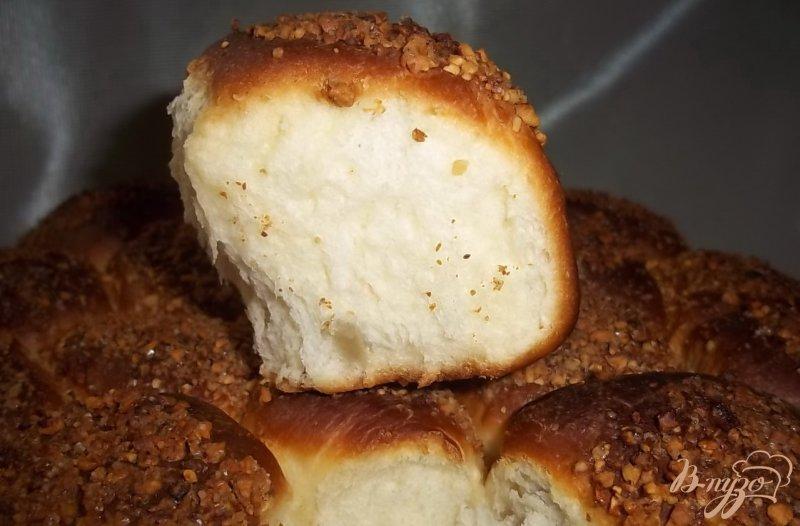 Фото приготовление рецепта: Пирог с карамельно-ореховой посыпкой шаг №9