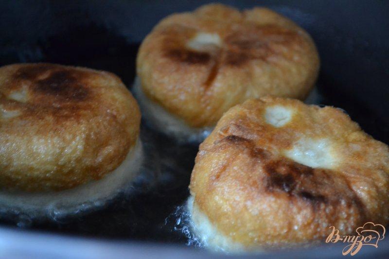 Фото приготовление рецепта: Дрожжевые пончики с вишнями шаг №4