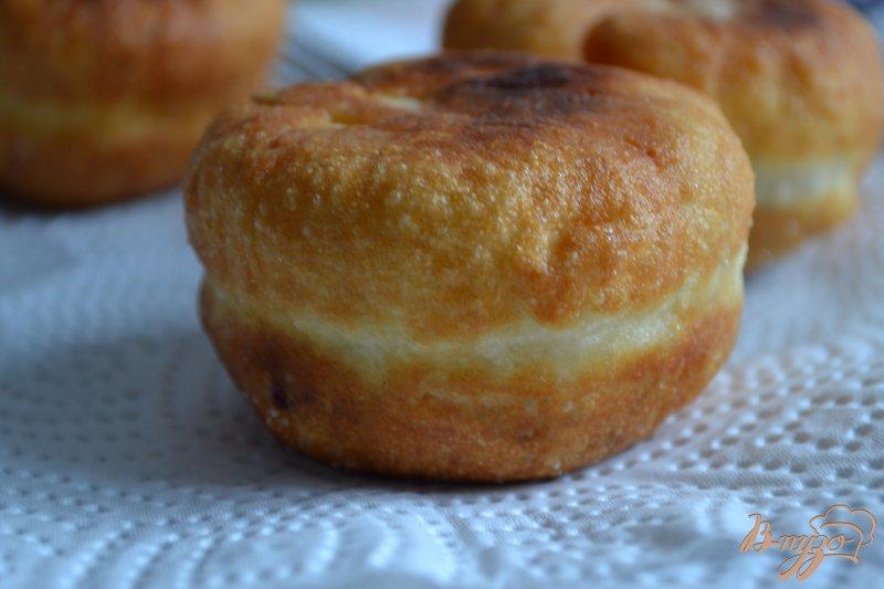 Фото приготовление рецепта: Дрожжевые пончики с вишнями шаг №5