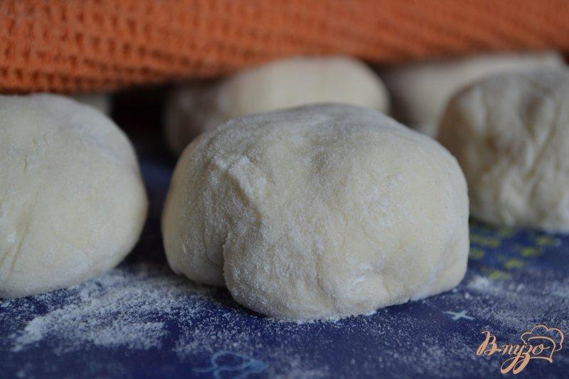 Фото приготовление рецепта: Дрожжевые пончики с вишнями шаг №3