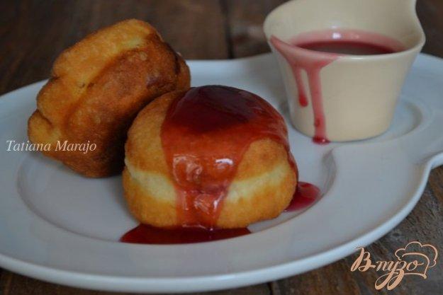 фото рецепта: Дрожжевые пончики с вишнями