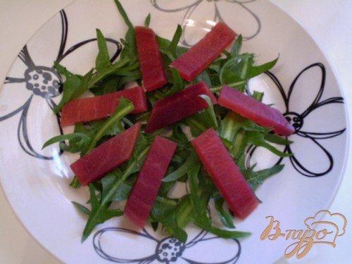Салат из маринованных яиц, свеклы и листьев одуванчика