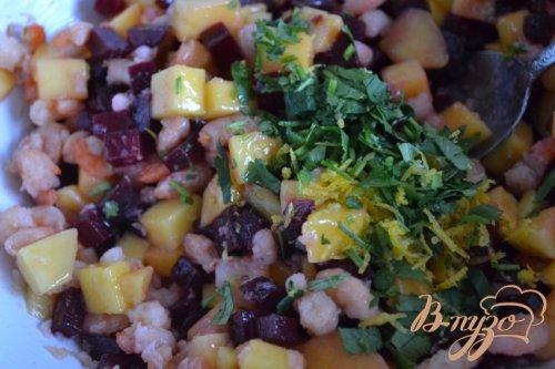Свекольный салат с авокадо и креветками