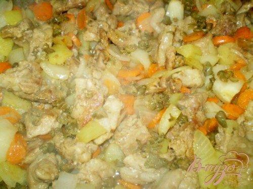 Свинина тушенная в вине с каперсами и овощами