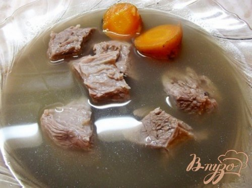 Мясо с горячим овощным бульоном