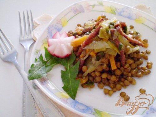 Чечевица с овощами и копченой колбасой
