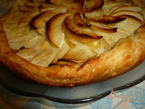 Пирог из слоеного теста с яблоками и изюмом