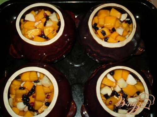 Тыква томленная с ягодами и фруктами