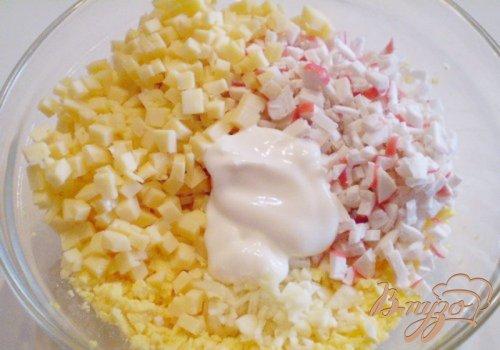 Яйца фаршированные крабовыми палочками, сыром и чесноком