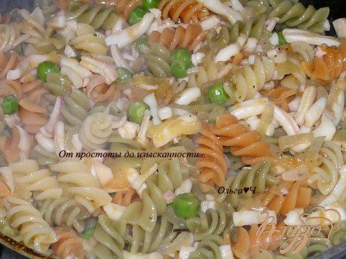 Трехцветная паста с кальмарами и зеленым горошком