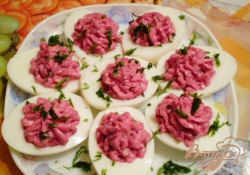 Яйца фаршированные свеклой и сыром
