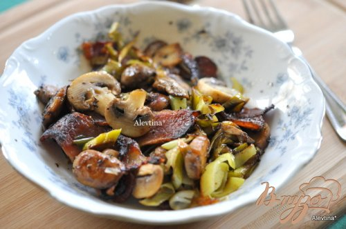 Лук-порей с беконом и грибами