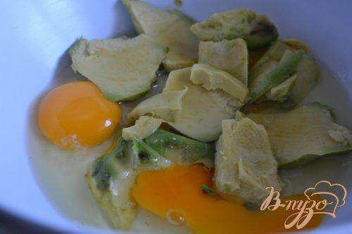 Омлет с авокадо и крабами