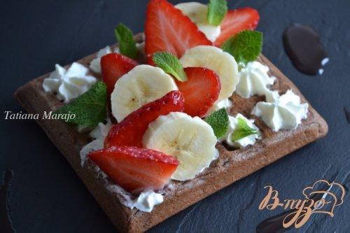 Шоколадные вафли с фруктами