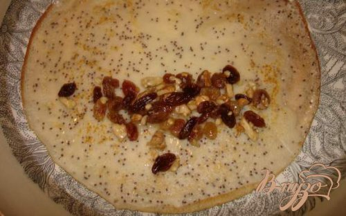 Венгерские маковые блины с изюмом, орехом и медом