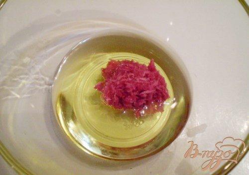 Розовый салат из капусты и редьки