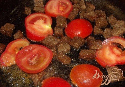 Яйца с гренками и помидорами