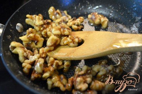 Cалат с карамельными орехами и дольками мандарина