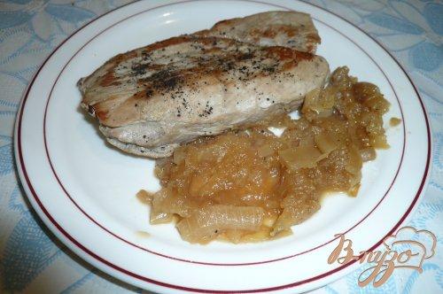 Свинина с яблочно-луковым соусом