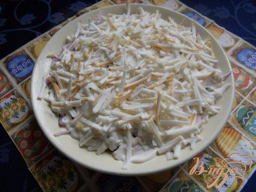 Салат луковый с яблоком и колбасным сыром