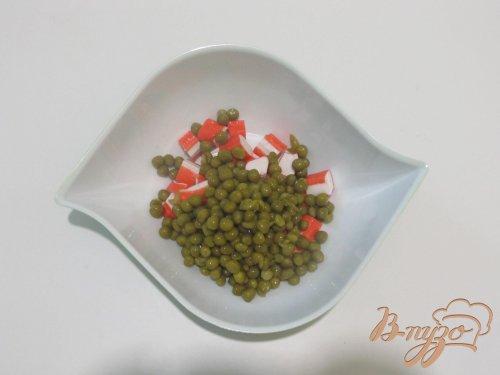 Салат с крабовыми палочками и зеленым горошком