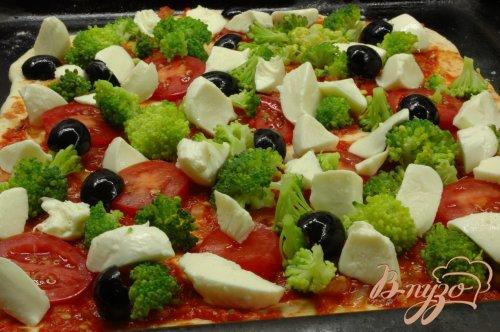 Пицца с брокколи и моцареллой