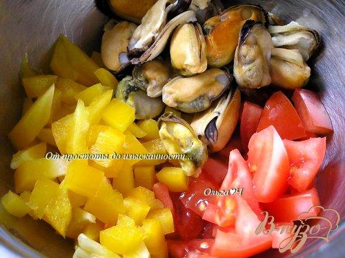 Салат с мидиями и овощами