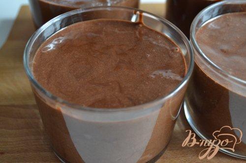 Шоколадный десерт с кусочками клубники