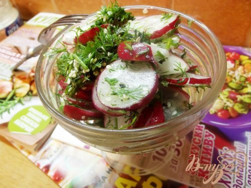Салат из редиса с кунжутом и мятой