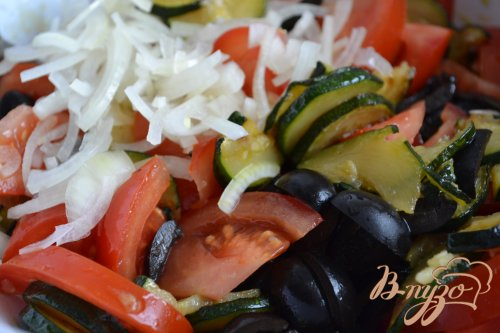 Помидорный салат с обжаренными цукини