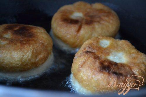 Дрожжевые пончики с вишнями