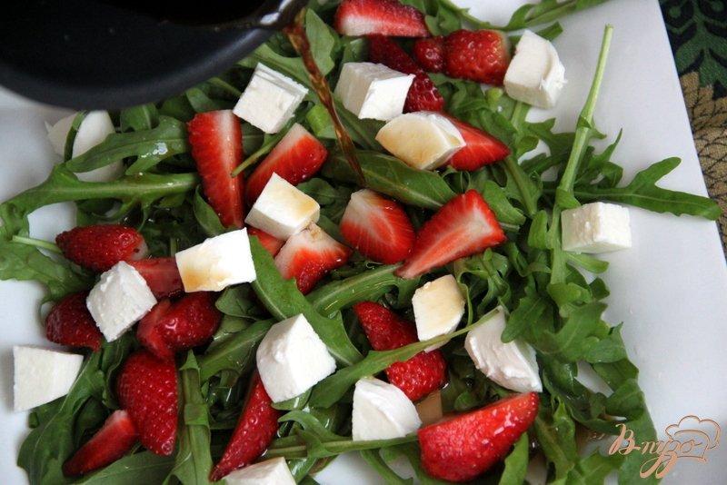 Фото приготовление рецепта: Салат из рукколы и клубники с перчинкой шаг №3