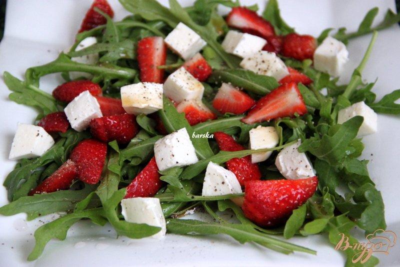 Фото приготовление рецепта: Салат из рукколы и клубники с перчинкой шаг №4