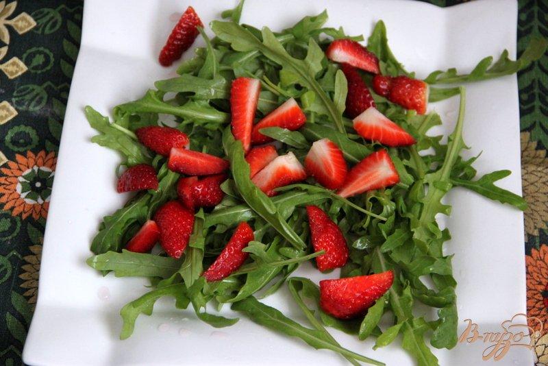 Фото приготовление рецепта: Салат из рукколы и клубники с перчинкой шаг №1