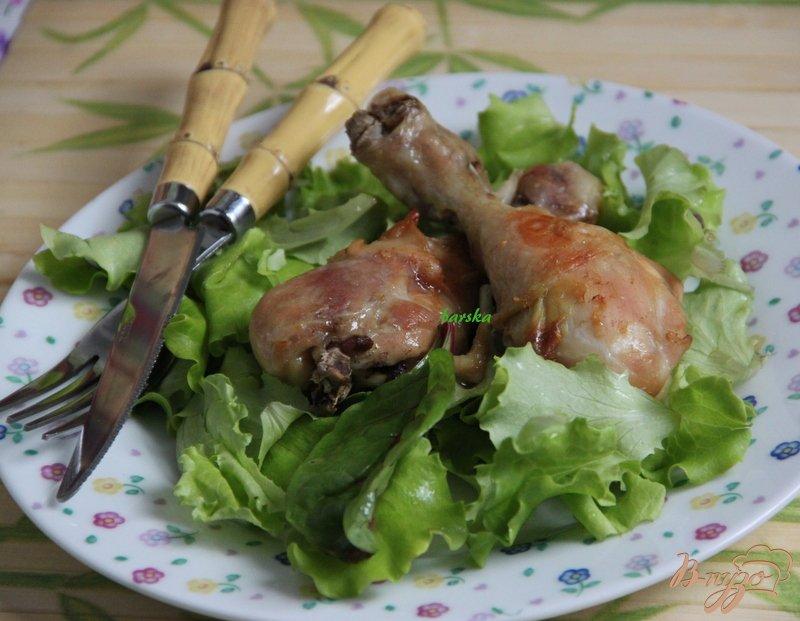 Фото приготовление рецепта: Куриные голени в карамельно-чесночном соусе шаг №5