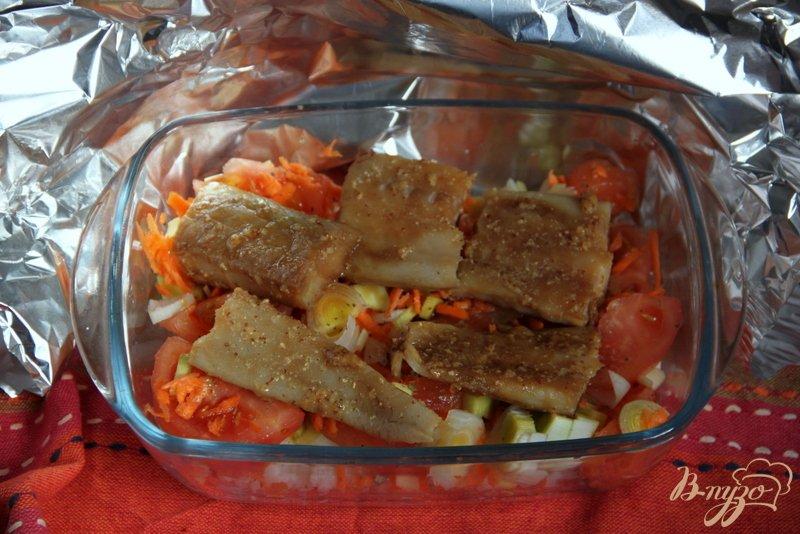 Фото приготовление рецепта: Треска маринованная,  запечённая с овощами шаг №4