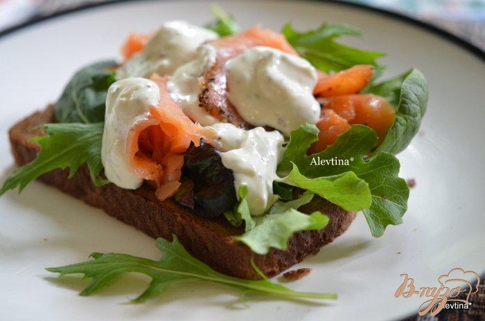 Фото приготовление рецепта: Сэндвич с копченным лососем и соусом Айоли шаг №3