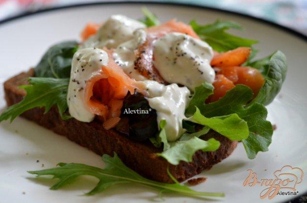 фото рецепта: Сэндвич с копченным лососем и соусом Айоли