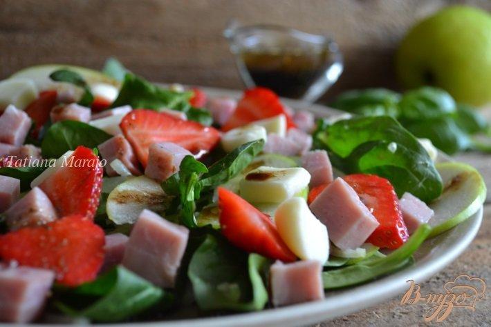 Фото приготовление рецепта: Шпинатный салат с ветчиной , яблоком и клубникой шаг №6