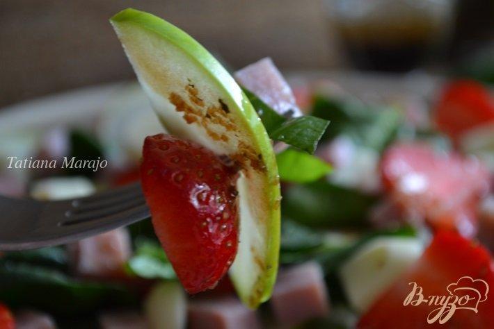 Фото приготовление рецепта: Шпинатный салат с ветчиной , яблоком и клубникой шаг №7