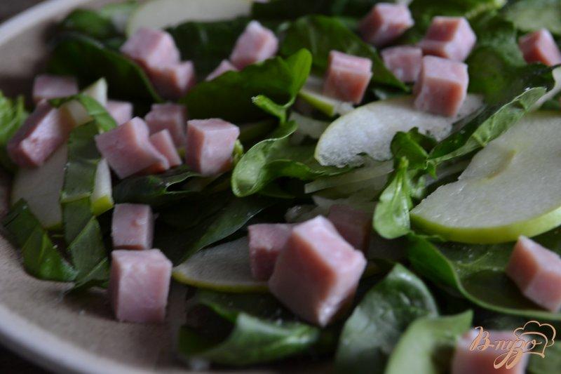 Фото приготовление рецепта: Шпинатный салат с ветчиной , яблоком и клубникой шаг №3