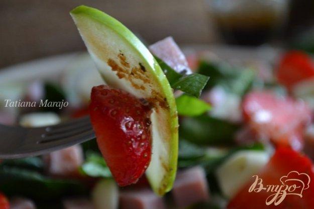 фото рецепта: Шпинатный салат с ветчиной , яблоком и клубникой