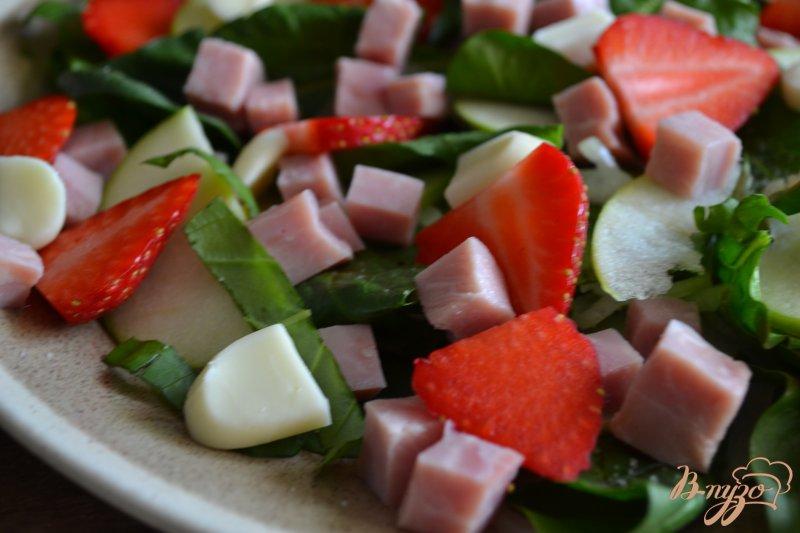 Фото приготовление рецепта: Шпинатный салат с ветчиной , яблоком и клубникой шаг №4