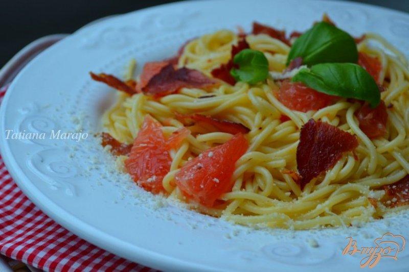 Фото приготовление рецепта: Спагетти с кусочками  ветчины и грейпфрутом шаг №4