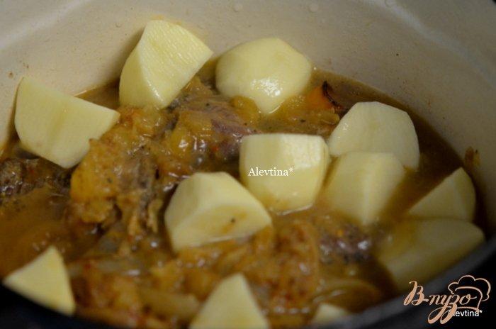 Фото приготовление рецепта: Говядина тушеная с ананасами шаг №4
