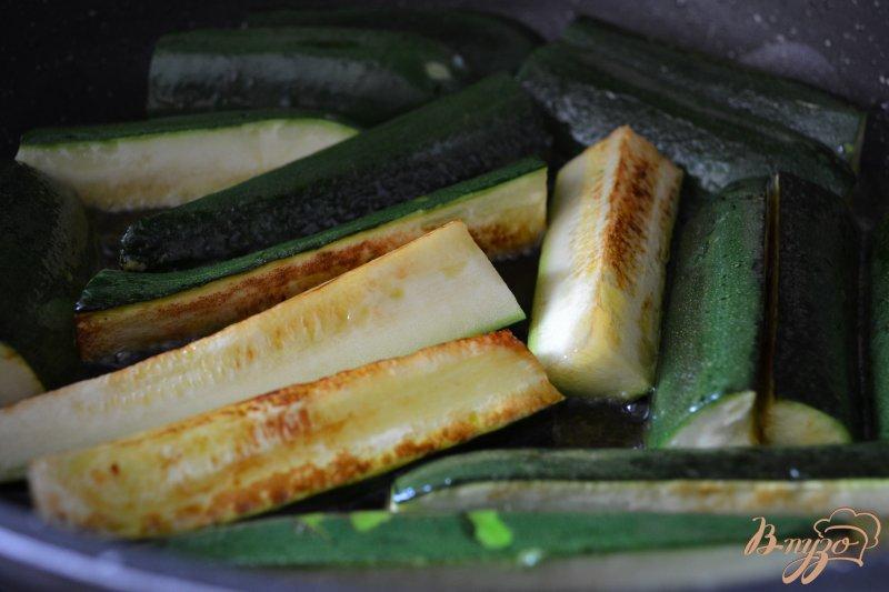 Фото приготовление рецепта: Дольки цукини в кокосовом молоке шаг №2
