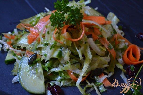 Рецепт Овощной салат с вяленой клюквой и тыквенными семечками