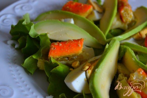 Фото приготовление рецепта: Салат с авокадо , яйцом и крабовыми палочками шаг №6